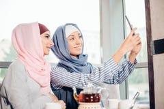 Selfie d'amie de femme de deux musulmans par le smartphone Photo stock