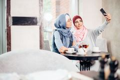 Selfie d'amie de femme de deux musulmans par le smartphone Images libres de droits