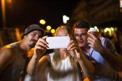 Selfie d'amis la nuit Photo stock