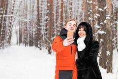 Selfie d'hiver d'amie d'ami sur une promenade Images stock