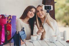 Selfie dans de gentilles amies d'un café deux Photos libres de droits