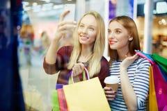 Selfie dans le centre commercial Images libres de droits