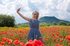 Selfie dans le domaine de pavot photos stock