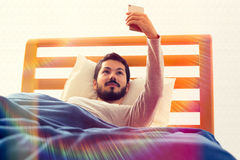 Selfie, das im Bett liegt Lizenzfreies Stockfoto