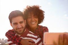 Selfie, das lächelnde junge millenial Paare nimmt stockbild