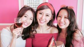 Selfie das mulheres no restaurante imagem de stock