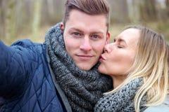 Selfie de beaux jeunes couples dehors dans le froid image stock