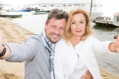 selfie de couples des vacances de plage de port Photos stock