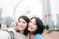 Selfie de dos mujeres en Hong-Kong Imágenes de archivo libres de regalías