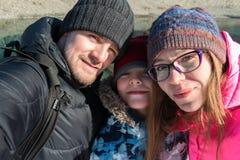 Selfie de famille au voyage d'hiver images libres de droits