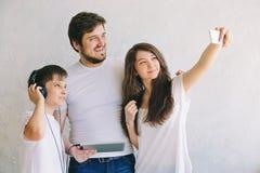 Selfie de famille dans le studio, avec le fond Photo libre de droits