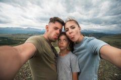 Selfie de famille en montagne images libres de droits