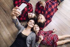 Selfie de fatura feliz da família bonita feliz no toget do telefone celular Fotos de Stock