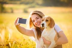 Selfie de femme et de chien Photographie stock libre de droits