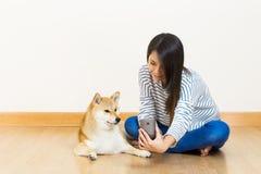 Selfie de femme et de chien de l'Asie image libre de droits