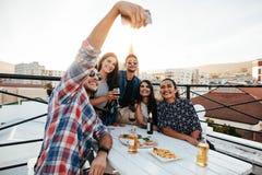 Selfie de groupe à la partie de dessus de toit Photo stock