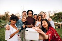 Selfie de groupe à la partie extérieure Image libre de droits