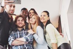 Selfie de jeunes adolescents de sourire ayant l'amusement ensemble Meilleurs amis prenant le selfie dehors avec le contre-jour he Images stock
