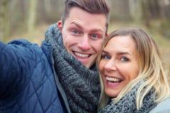 Selfie de jeunes couples dehors dans le froid photographie stock