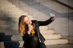 Selfie de la bebida - adolescente con el jugo Fotografía de archivo libre de regalías