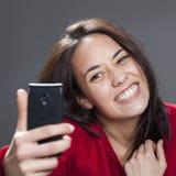Selfie de la diversión con sonrisa dentuda de la muchacha multiétnica joven linda Foto de archivo