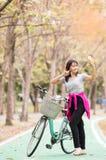 Selfie de la mujer con el teléfono después de la bicicleta del paseo imágenes de archivo libres de regalías