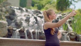 Selfie de la mujer Mujer joven que toma el selfie en el parque Mujer de Selfie que toma la foto almacen de metraje de vídeo