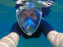 Selfie de la mujer subacuático Natación de la chica joven debajo del agua en engranaje que bucea moderno Imagen de archivo