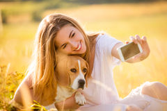 Selfie de la mujer y del perro Foto de archivo
