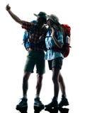 Selfie de la silueta de la naturaleza del senderismo del trekker de los pares Fotos de archivo libres de regalías