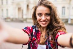 Selfie de la toma de la chica joven de las manos con el teléfono en concepto de la vida urbana de la calle de la ciudad del veran foto de archivo