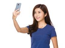 Selfie de la toma de la mujer joven en el teléfono móvil Fotografía de archivo