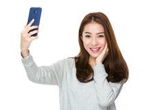 Selfie de la toma de la mujer por el teléfono móvil Foto de archivo