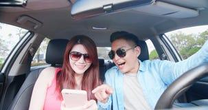 Selfie de la toma de los pares en coche foto de archivo libre de regalías