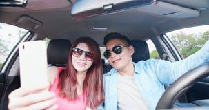 Selfie de la toma de los pares en coche foto de archivo
