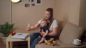 Selfie de la toma de la madre con el bebé almacen de metraje de vídeo
