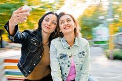 Selfie de los amigos de las mujeres Foto de archivo libre de regalías