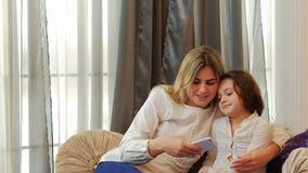 Selfie de passe-temps de baiser de loisirs de fille de mère de famille clips vidéos