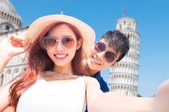 Selfie de prise de couples en Italie photo stock