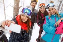 Selfie de prise femelle avec des amis dans la forêt Images libres de droits
