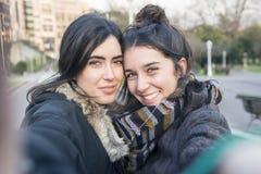 Selfie de sourire de deux amies de femme dans la rue Photos libres de droits