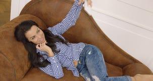 Selfie de tomada consideravelmente fêmea no sofá vídeos de arquivo