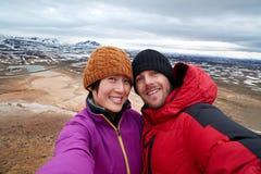 Selfie de touristes avec le fond de paysage photos stock