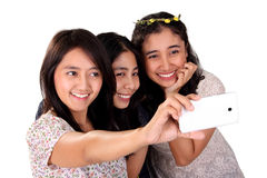 Selfie de trois femmes avec l'appareil-photo avant d'isolement Photographie stock libre de droits