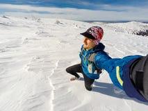 Selfie del corridore della traccia in montagne di inverno Fotografia Stock Libera da Diritti