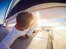 Selfie del día de fiesta en el catamarán del yate de la navegación imágenes de archivo libres de regalías