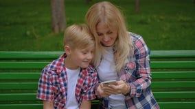 Selfie del figlio della mamma del parco dei divertimenti di ricreazione della famiglia stock footage