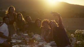 Selfie del grupo en el partido de cena almacen de metraje de vídeo