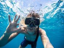 Selfie del hombre joven que bucea en el mar Haciendo todo símbolo aceptable imagenes de archivo