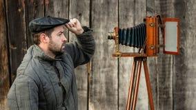 Selfie del hombre pasado de moda en cámara del formato grande Concepto - fotografía retra imagen de archivo